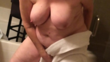 Wife drying off pussy after shower. Very thorough!