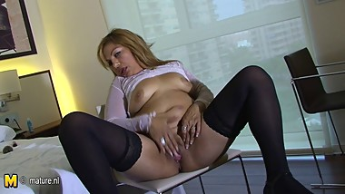 Mature mom Katty loves to jerk off her old cunt